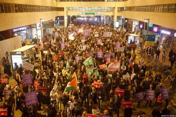TEL AVIV, ISRAEL - FEBRUARY 4: Demonstrators hold banners and shout slogans during the protest against Israeli Prime Minister Benjamin Netanyahu at in Tel Aviv, Israel on February 4, 2017. ( Daniel Bar On - Anadolu Agency )