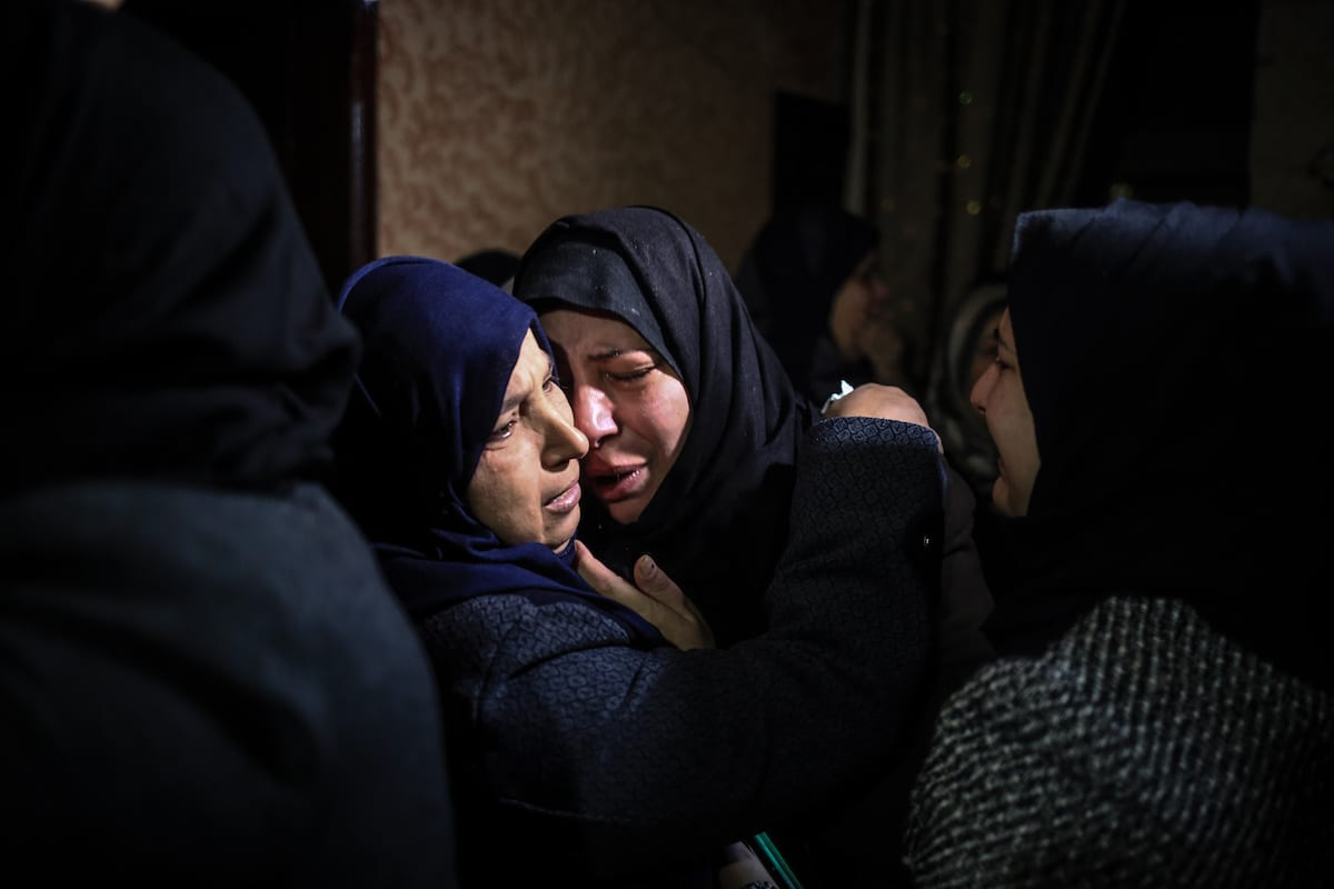 Palestinians mourn after the death of Muhammed Enver el-Akra (38), who was killed by Israeli forces in Gaza on 9 February 2017 [Ali Jadallah/Anadolu Agency]