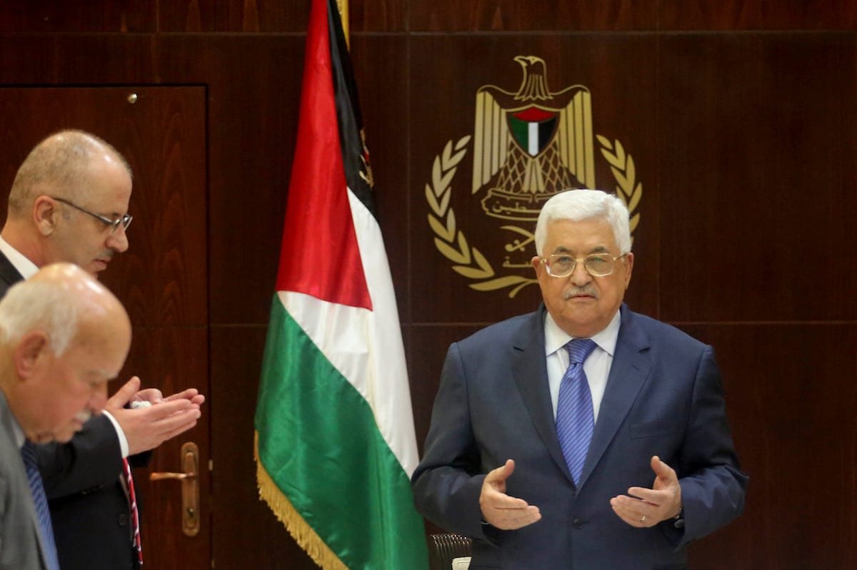 Palestinian President Mahmoud Abbas (R) and Palestinian Prime Minister Rami Hamdallah (L) meet with the executive board members of Palestine Liberation Organization (PLO) in Ramallah, West Bank on February 13, 2017. ( Issam Rimawi - Anadolu Agency )