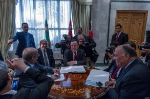 Tunisian Foreign Minister Khemaies Jhinaoui (C), Algerian Minister for Maghreb and Africa Affairs Abdel Kadir Mesahil (L) in Tunis, on 19 February, 2017 [Amine Landoulsi/Anadolu Agency]