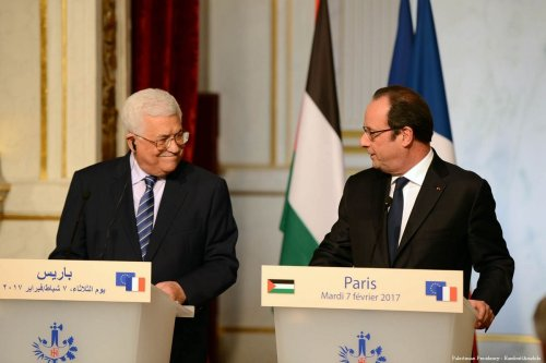 French President Francois Hollande (R) and Palestinian President Mahmoud Abbas (L) hold a joint press conference at the Elysee Presidential Palace in Paris, France on 7 February 2017 [Palestinian Presidency - Handout - Anadolu Agency]