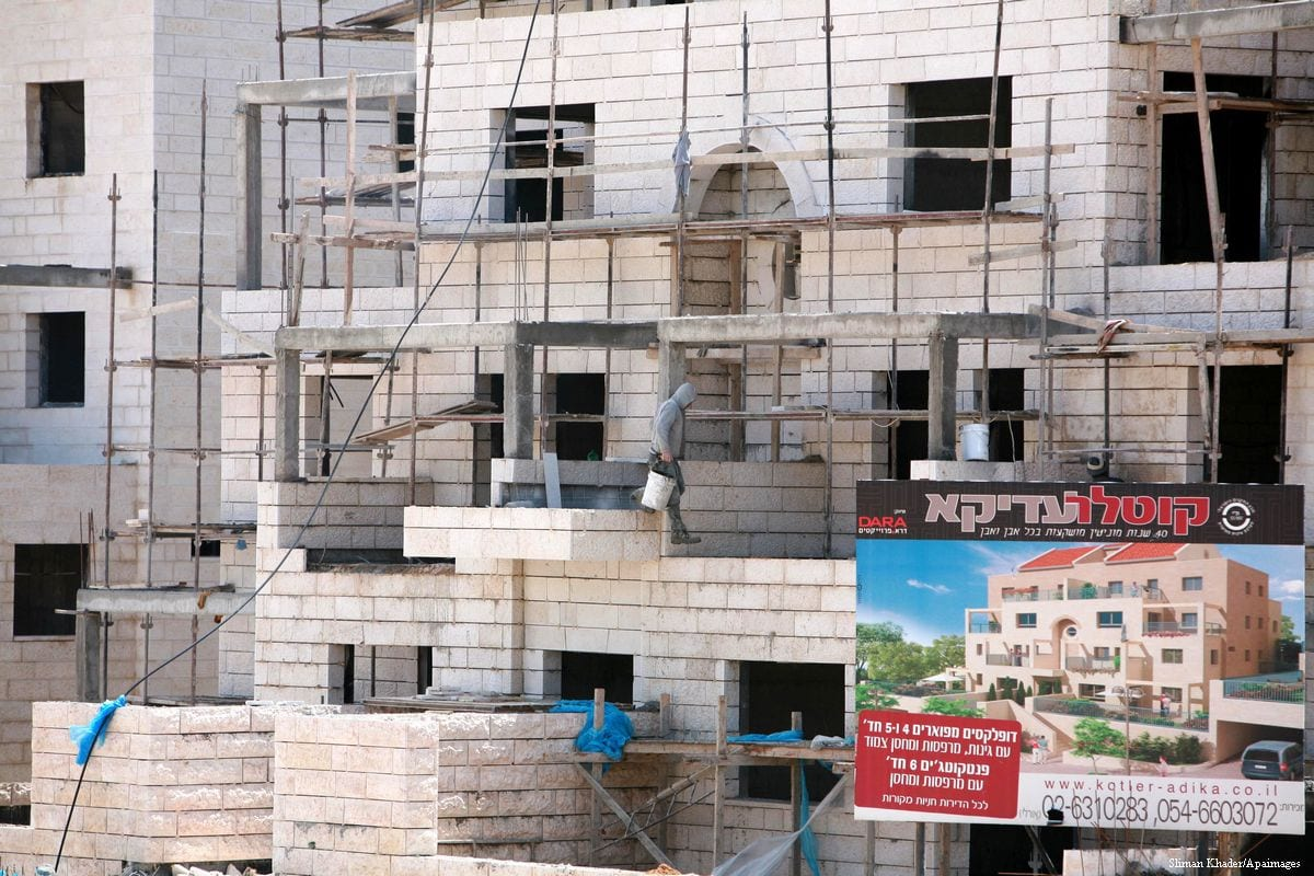 Image of labourers building units of homes for Jewish settlers in East Jerusalem [Sliman Khader/Apaimages]