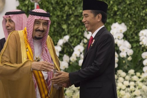 King of Saudi Arabia Salman Bin Abdulaziz Al-Saud (L) is welcomed by Indonesian President Joko Widodo (R) with an official welcoming ceremony at the Presidential Palace in Bogor, Indonesia on 1 March 2017. [Bandar Al-Galoud/Saudi Kingdom Council]