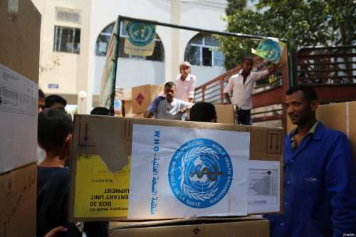 Yemeni people carry boxes containing humanitarian aid distributed by UN in Taiz, Yemen on March 4, 2017 [Abdulnasser Alseddik/Anadolu Agency]