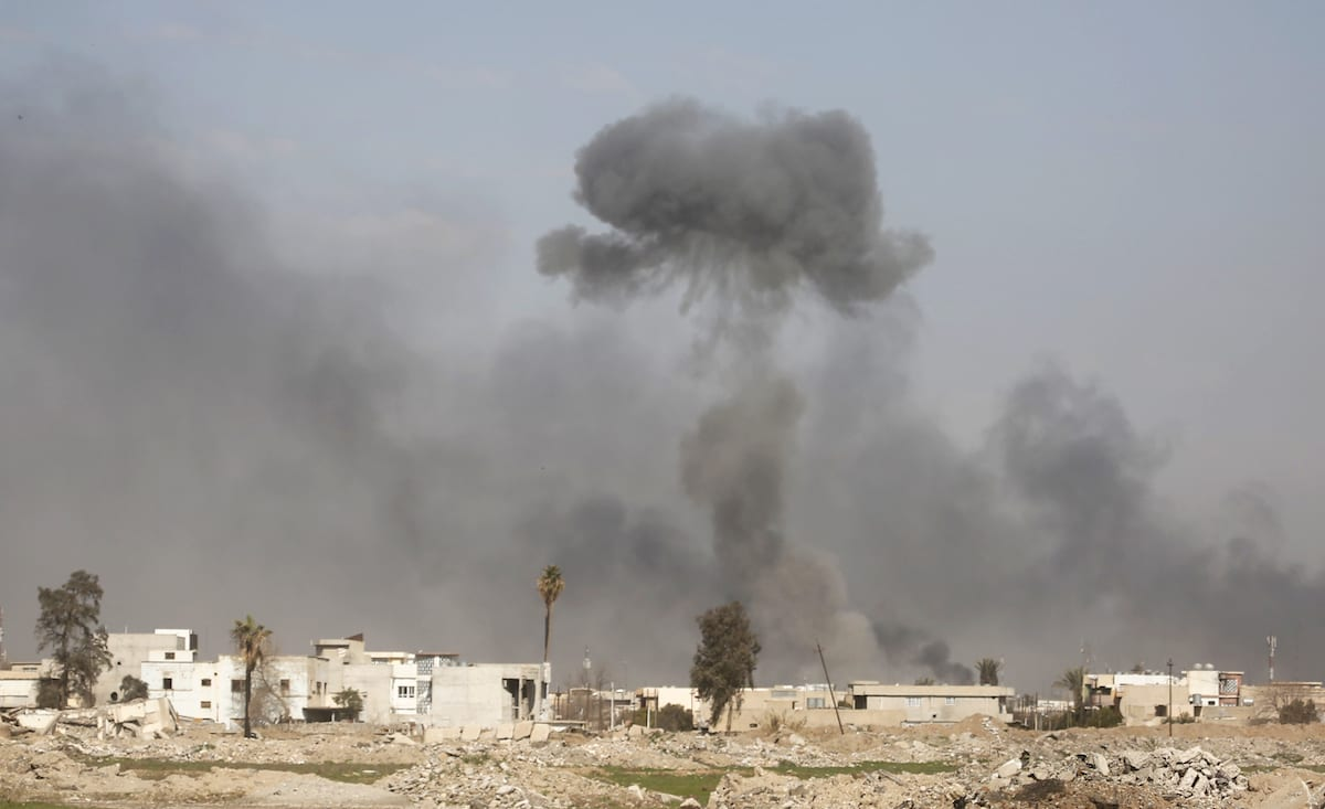 Smoke rises during the operation to retake Iraq's Mosul from Daesh terrorists in Mosul, Iraq on March 7, 2017 [Yunus Keleş/Anadolu]