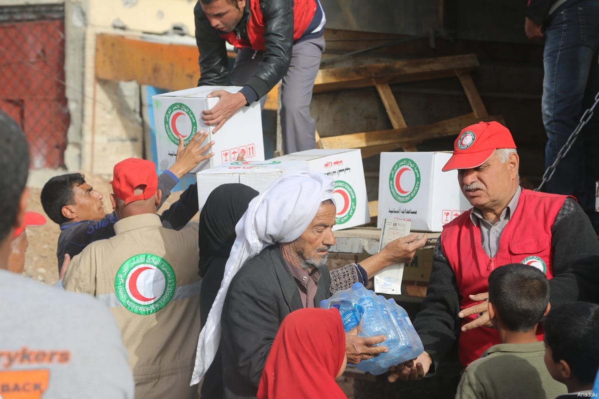 Iraqi Red Crescent delivers food aid to civilians during the operation to retake Mosul from Daesh terrorists in Mosul continues on March 12, 2017 [Hemn Baban/Anadolu]