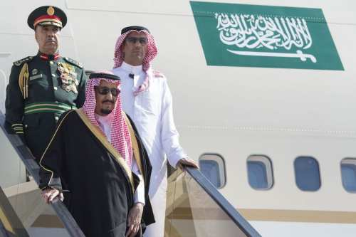 Saudi Arabia's King Salman bin Abdulaziz Al Saud (C) arrives at Amman Civil Airport in Amman, Jordan on 27 March, 2017 [Bandar Algaloud/Anadolu Agency]