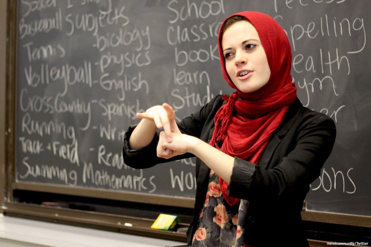 Image of a teacher wearing a headscarf [mendcommunity/Twitter]