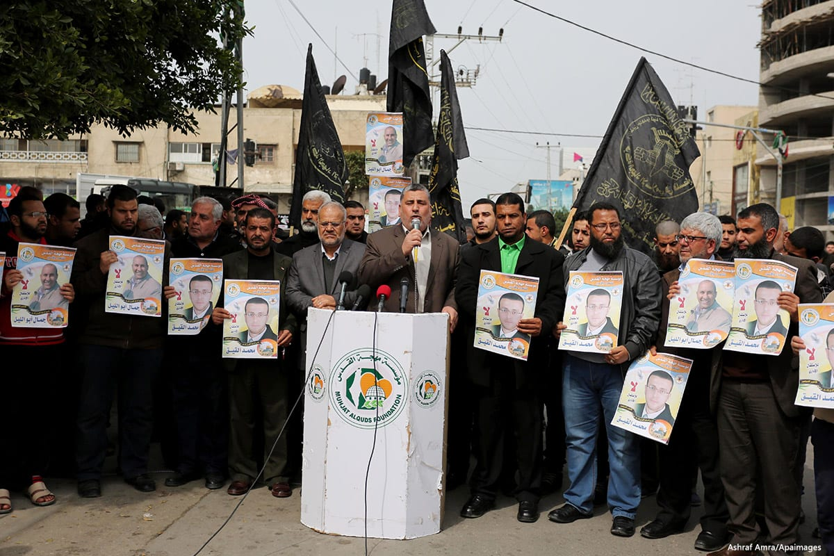 Palestinians take part during a protest to show solidarity with Palestinian prisoners on hunger strike in Israeli Jails, in Gaza city, on 1 March, 2017 [ Ashraf Amra/Apaimages]