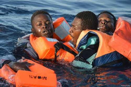 Image of refugees being rescued while crossing the Mediterranean sea [Mollyts/Twitter]