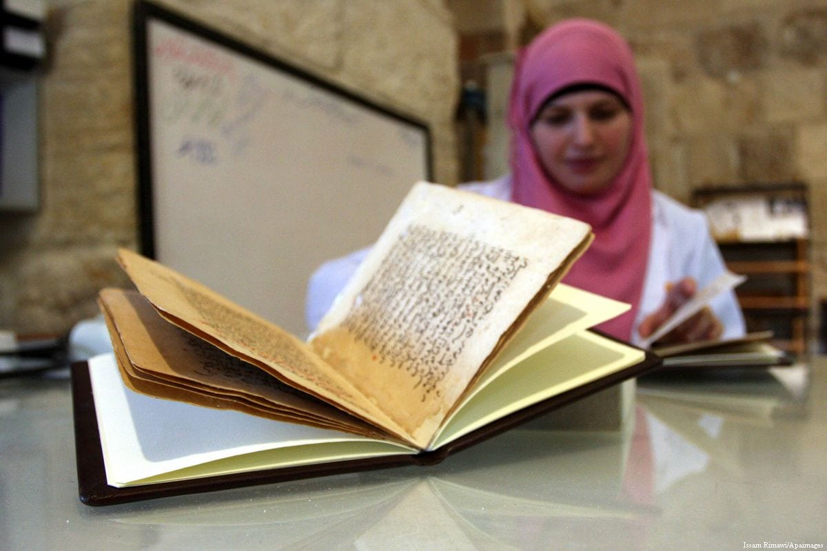 Palestinians work to rewrite manuscripts in the Manuscript Center at Al-Aqsa Mosque [Issam Rimawi/Apaimages]