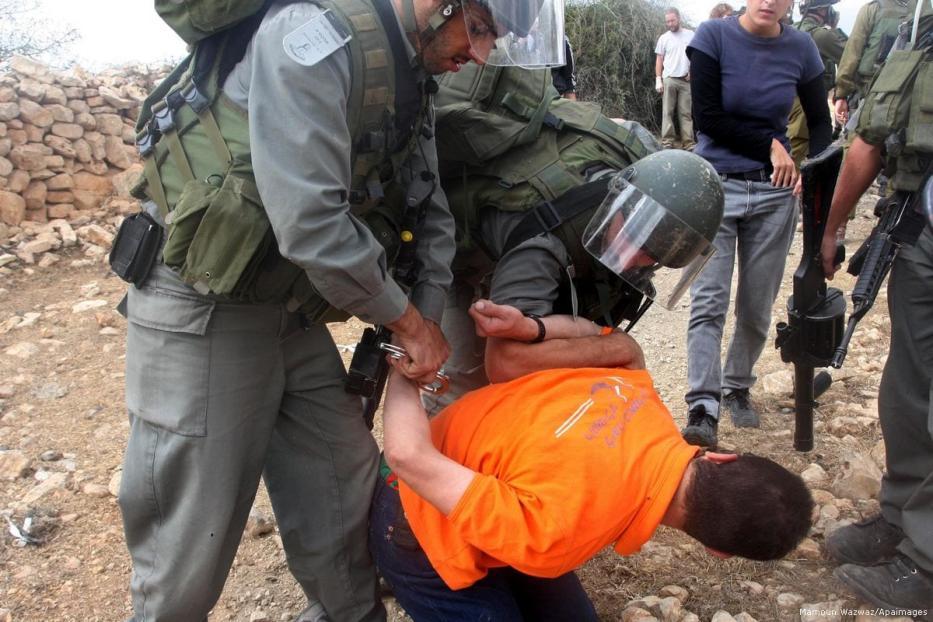 Image of Israeli security forces arresting a Palestinian man [Mamoun Wazwaz/Apaimages]