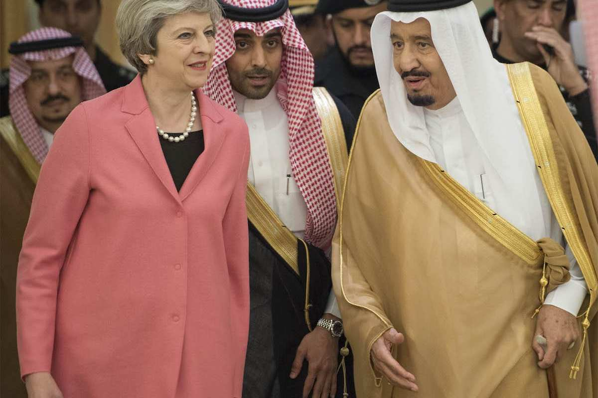 UK Prime Minister Theresa May (L) is welcomed by Saudi Arabia's King Salman bin Abdulaziz Al Saud (R) in Riyadh, Saudi Arabia on April 5, 2017. (Bandar Algaloud / Saudi Kingdom Council / Handout - Anadolu Agency )