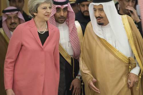 UK Prime Minister Theresa May (L) is welcomed by Saudi Arabia's King Salman bin Abdulaziz Al Saud (R) in Riyadh, Saudi Arabia on April 5, 2017. (Bandar Algaloud / Saudi Kingdom Council / Handout - Anadolu Agency )