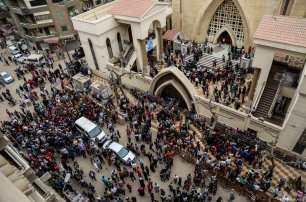 People gather in front of the Saint George church after a bomb attack in Tanta, Egypt on April 9, 2017 [ Ibrahim Ramadan - Anadolu Agency]