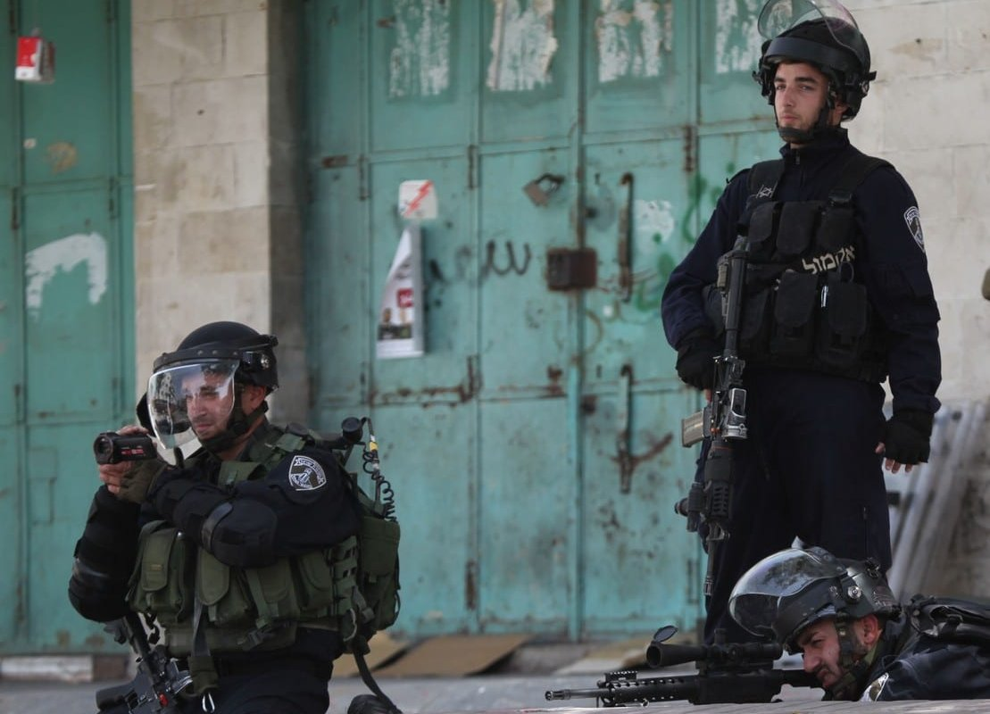 HEBRON, WEST BANK - APRIL 27: Israeli Security Forces intervene in a demonstration held in support of Palestinian prisoners in Israeli jails, in Hebron, West Bank on April 27, 2017. ( Mamoun Wazwaz - Anadolu Agency )
