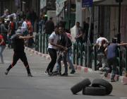 Palestinians throw stones after Israeli Security Forces intervened in a demonstration held in support of Palestinian prisoners in Israeli jails, in Hebron, West Bank on April 27, 2017. ( Mamoun Wazwaz - Anadolu Agency )