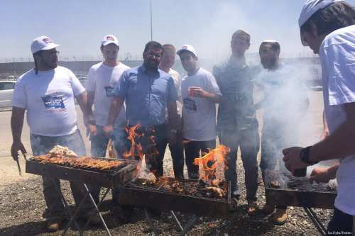 Settlers set up barbeques outside Ofer Prison while Palestinian prisoners held inside continue the fourth day of their hunger strike to demand their basic rights on 20 April 2017 [Joe Dyke/Twitter]
