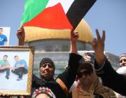 Palestinians demonstrate in solidarity with hunger striker Palestinian prisoners held in Israeli jails after the Friday prayer at Al-Aqsa Mosque Compound in Jerusalem on April 28, 2017 [Mostafa Alkharouf/Anadolu Agency]