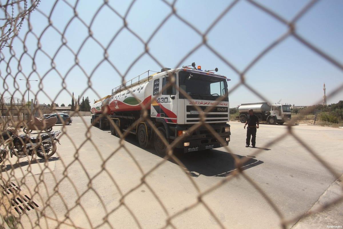 A fuel tanker arrives at Gaza's power plant in the central Gaza Strip, July 29, 2015 [Ashraf Amra / ApaImages]