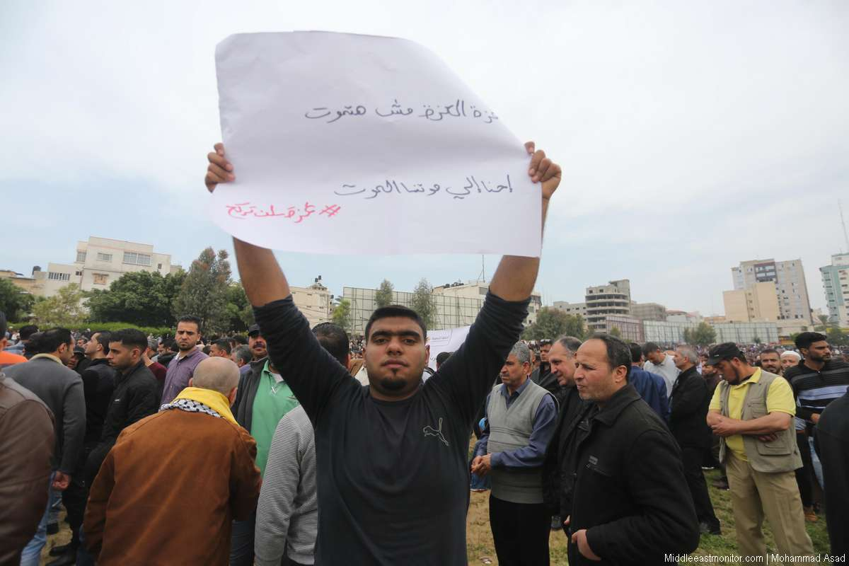 Palestinian Authority (PA) employees demonstrated in Gaza City against a PA decision to impose drastic salary cuts for its Gaza-based employees, on 8 April, 2017 [Mohammad Asad/Middle East Monitor]