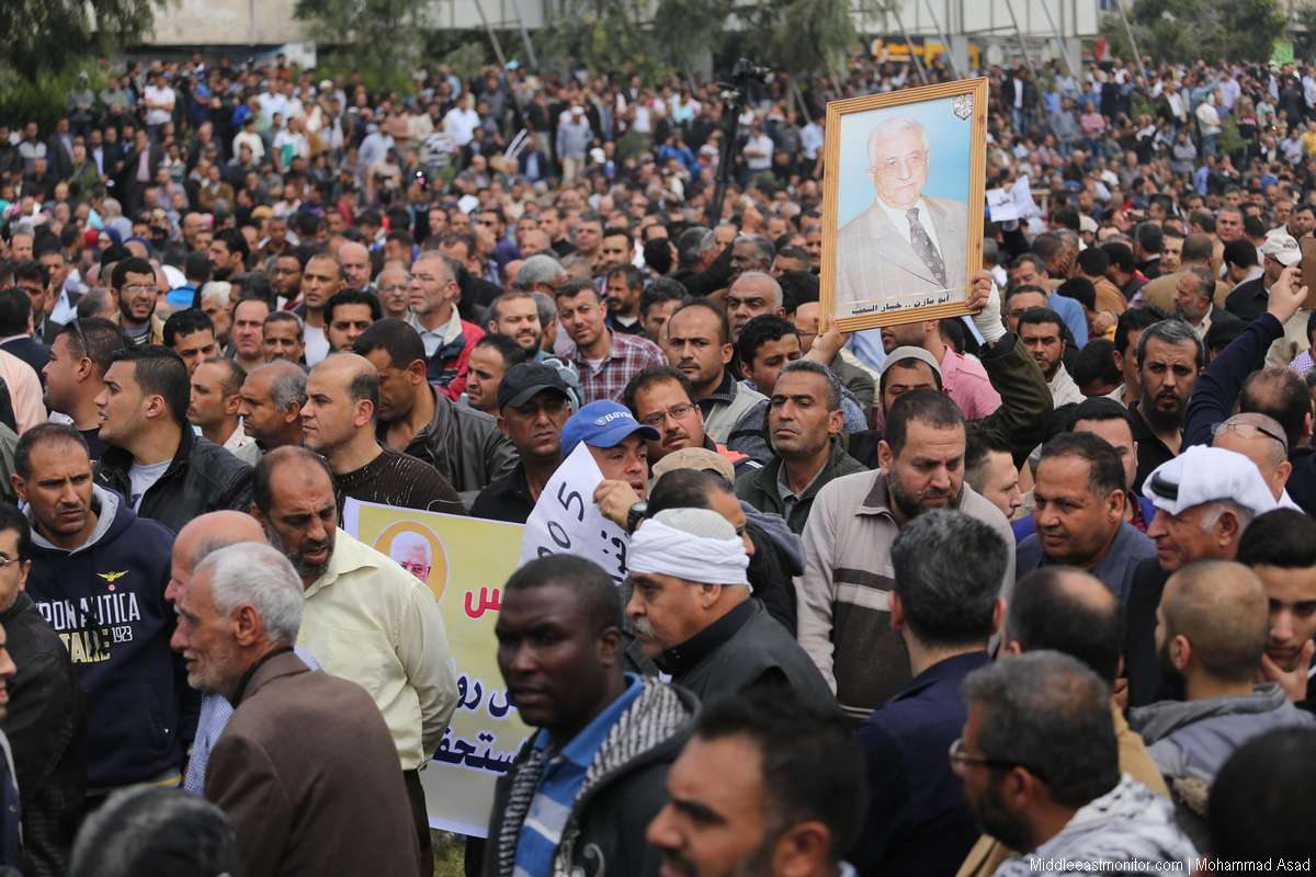 Palestinian Authority (PA) employees demonstrated in Gaza City against salary cuts on 8th April 2017. [Mohammad Asad/Middle East Monitor]