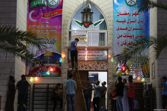 Gazans pray, celebrate and decorate at the start of Ramadan 2017, on May 28, 2017 [Mohammed Asad / Middle East Monitor]