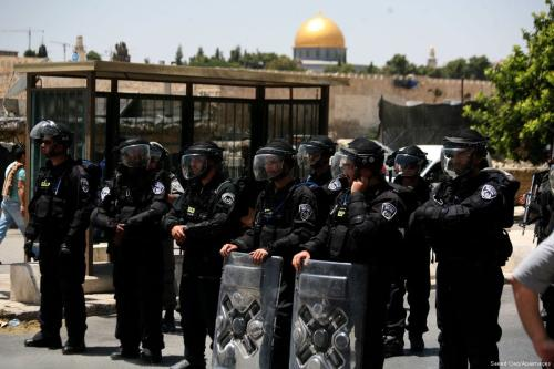 Israeli forces stand guard as Muslim worshippers pray at the Al-Aqsa compound in Jerusalem on 30 May 2015 [Saeed Qaq/Apaimages]