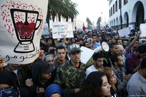 Moroccans protest after fishermen Mohcine Fikri was crushed to death in Al-Hoceima, Morocco on 8 December 2016 [yabiladi maroc/Twitter]
