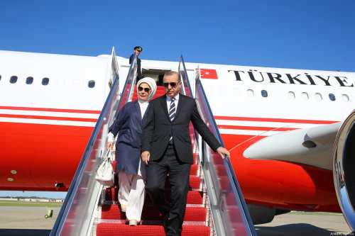 Turkish President Recep Tayyip Erdogan (R) and his wife Emine Erdogan (L) leave the plane in Washington, United States on 15 May, 2017 [Kayhan Özer / Anadolu Agency]