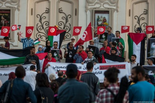 Scores of people came out in solidarity with Palestinian prisoners on hunger strike who are held in Israeli jails in Tunis, Tunisia on 16 May 2017. [Amine Landoulsi/Anadolu Agency]
