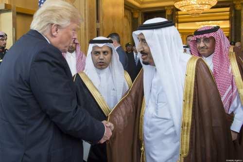 US President Donald Trump (L) meets Saudi King Salman bin Abdulaziz Al Saud (R) in Riyadh, Saudi on 20 May, 2017 [Bandar Algaloud / Saudi Royal Council / Handout/Anadolu Agency]