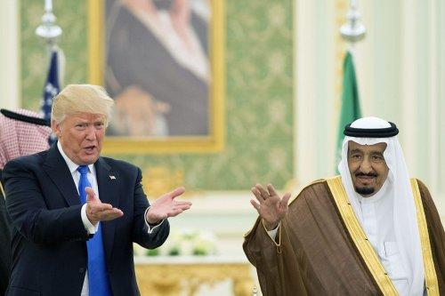 U.S. President Donald Trump (L) and Saudi Arabia's King Salman bin Abdulaziz Al Saud (R) in Riyadh, Saudi Arabia [Bandar Algaloud/Saudi Royal Council/Anadolu Agency]