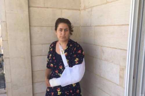 Sarah Brammer-Shlay, American-Jewish activist who had her arm broken by the Israeli police on 29 May, 2017 [Twitter]