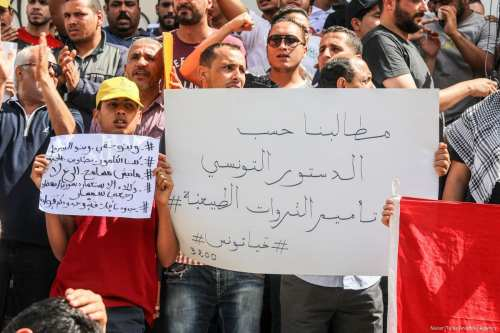 Tunisians stage a protest after a person was killed during clashes between security forces and protesters in Tunis, Tunisia on May 22, 2017 [Nacer Talel/Anadolu Agency]