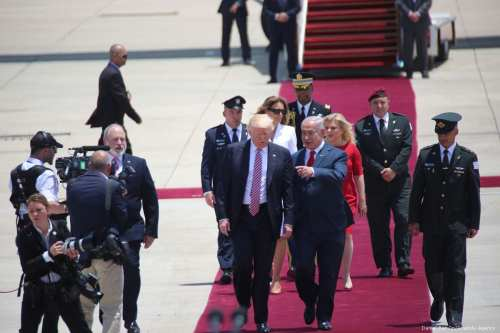 US President Donald Trump (L) is welcomed by Israeli Prime Minister Benjamin Netanyahu (R) in Tel Aviv on May 22, 2017 [Daniel Bar On/Anadolu Agency]