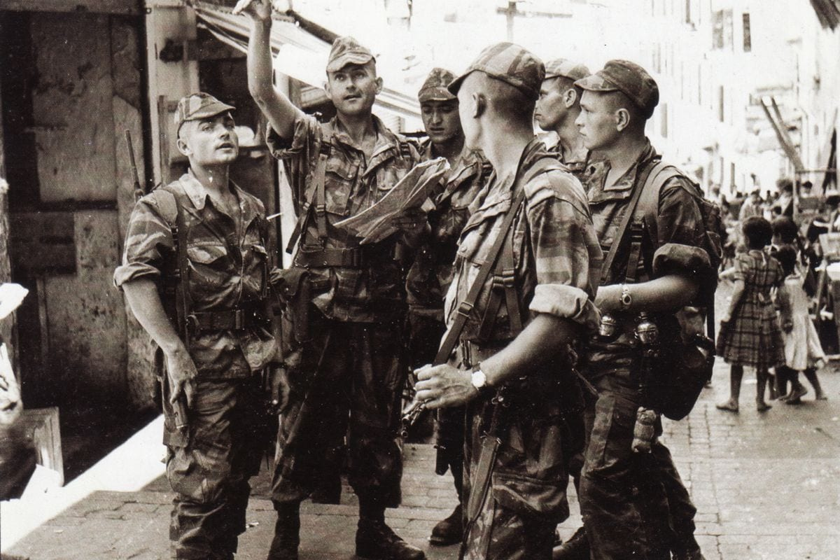 """French paratroopers seen during """"La Bataille d'Alger"""" in 1957"""