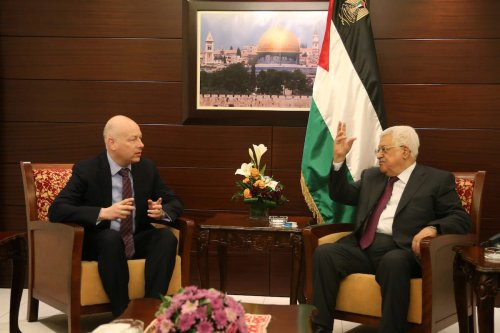 US President Donald Trump's Assistant and Special Representative for International Negotiations, Jason Greenblatt (L) and Palestinian President Mahmoud Abbas (R) meet in Ramallah, West Bank on 25 May, 2017 [Issam Rimawi/Anadolu Agency]