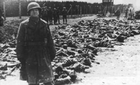French soldiers stand in front of the dead bodies of Algerians [5pillarsUK]