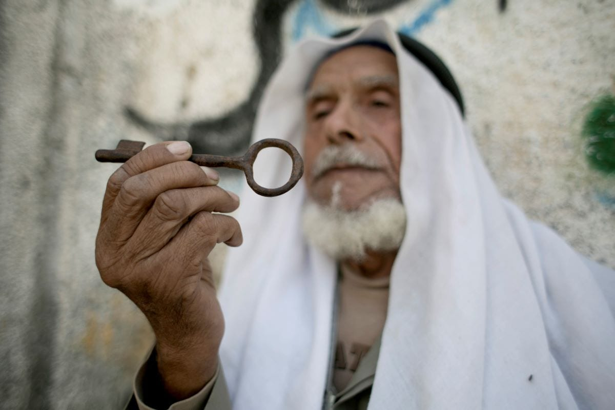 Palestinian refugee carries the key to his former home on the anniversary of the Nakba [SAID KHATIB/AFP via Getty Images]
