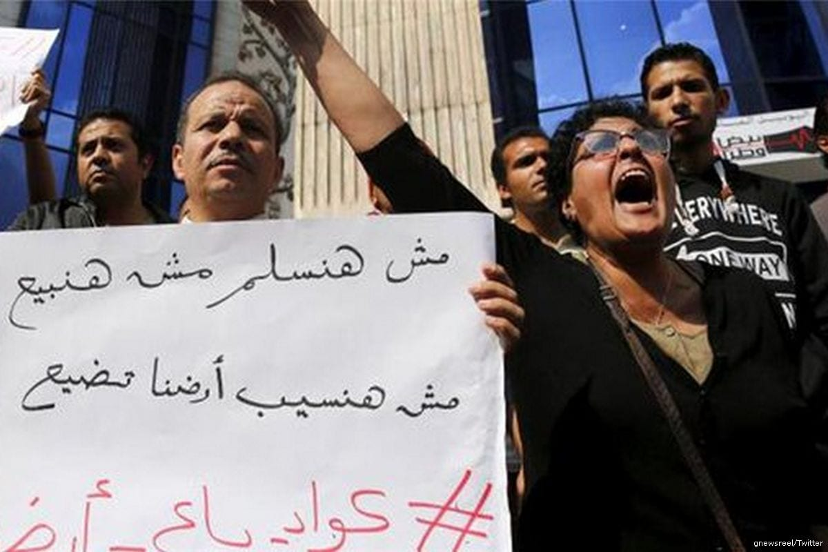 Image of Egyptian activists protesting against the transfer of the Red Sea island to Saudi Arabia [gnewsreel/Twitter]