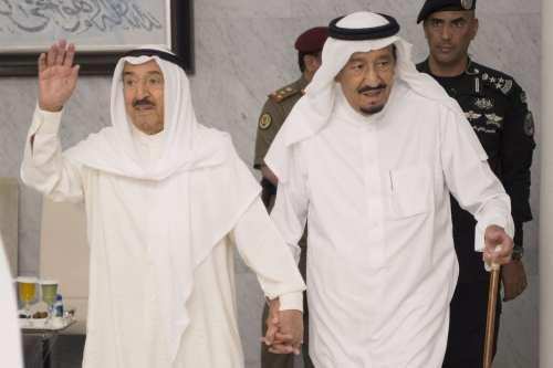 Saudi Arabia's King Salman bin Abdulaziz Al Saud (R) meets with Kuwaiti Emir Sheikh Jaber Al-Ahmad Al-Sabah (L) in Jeddah, Saudi Arabia, on 6 June 2017. [Bandar Algaloud/Saudi Royal Council]