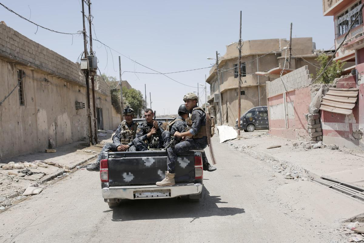 Iraqi soldiers patrol at the streets during the operation to retake Mosul from Daesh at the Al-Shifaa neighbourhood in Mosul, Iraq on June 12, 2017 [Yunus Keleş / Anadolu Agency]