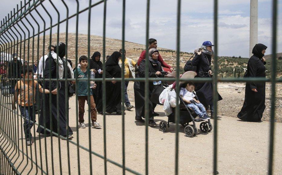 Syrians pass through Cilvegozu border gate to reach their hometown before Eid Al-Fitr in Reyhanli, Hatay on 21 June 2017 [Cem Genco/Anadolu Agency]