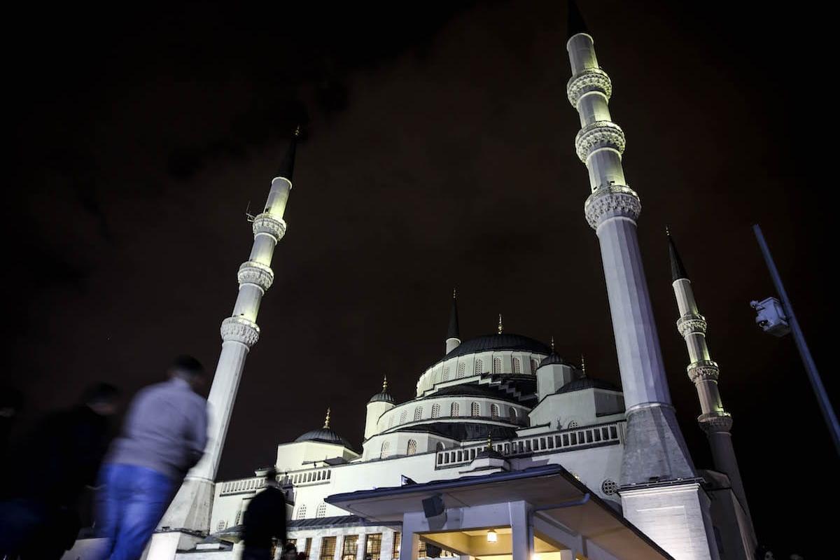 Kocatepe Mosque is seen as Muslim worshippers arrive to perform prayer on Laylat Al-Qadr in the month of Ramadan in Ankara, Turkey on 21 June 2017 [Abdülhamid Hoşba/Anadolu Agency]