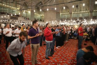 Muslim worshippers pray at the Sultanahmet mosque on Laylat Al-Qadr in the month of Ramadan in Istanbul, Turkey on 21 June 2017 [İsa Terli/Anadolu Agency]