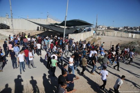 Israeli forces deny Palestinian worshippers, under 40, entry through the Qalandiya checkpoint from Ramallah into Jerusalem on 16 June 2017 [Issam Rimawi/Anadolu Agency]