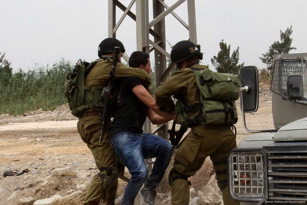 Image of Israeli soldiers arresting a Palestinian on 31 May 2015 [Nedal Eshtayah/Apaimages]