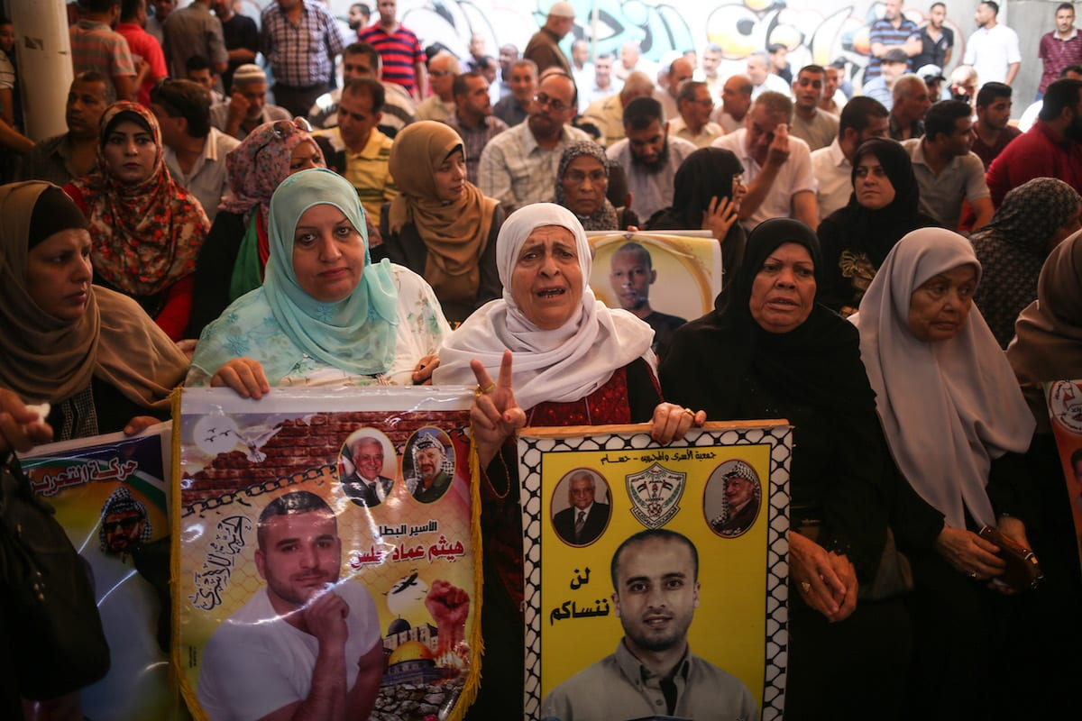 Palestinians hold a demonstration in support of Palestinian prisoners in Israeli jails, outside the International Committee of the Red Cross (ICRC) in Gaza on 3 July, 2017 [Mustafa Hassona/Anadolu Agency]
