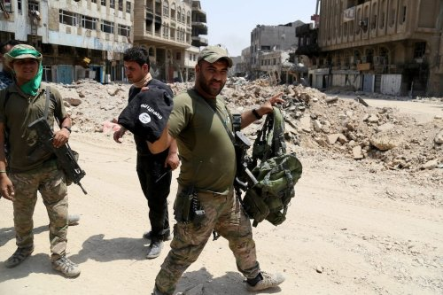 Iraqi security forces carry armory belonging to Daesh after Mosul completely freed from Daesh in Mosul, Syria on 9 July, 2017 [Yunus Keleş/Anadolu Agency]
